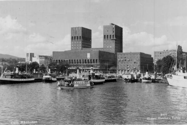 Det nye rådhuset ble tatt i bruk fra 1939, og kommunearkivet flyttet til Østre tårn. Fotoet er fra omtrent samme tid. Fotograf: Harstads forlag. (A-70091/Ua/0003/231).