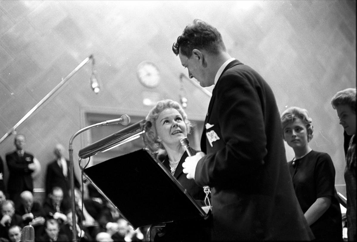 """Kringkastingens """"Vi går ombord"""", juleprogram, Oslo, 24.12.1962. Erik Bye snakker med kvinne."""