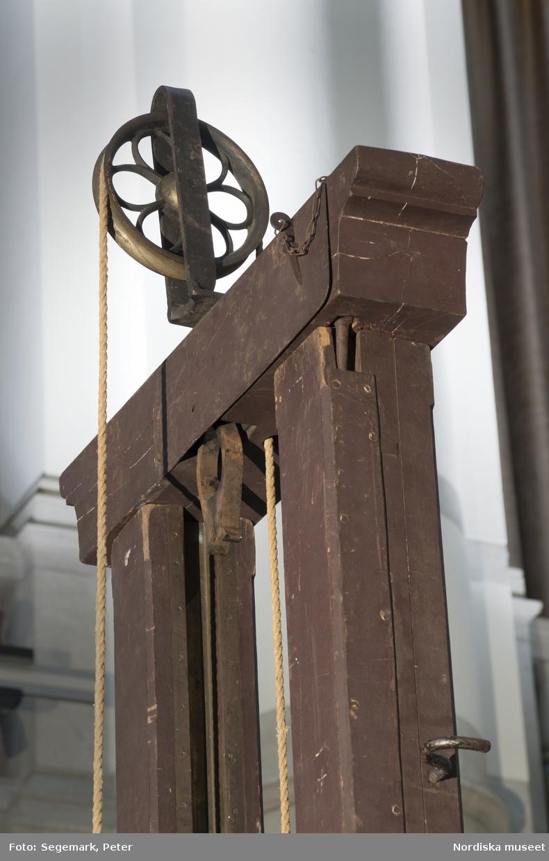 Giljotin Sveriges enda giljotin Avrättningar var ovanliga i Sverige. De utfördes tidigare av en skarprättare genom halshuggning med bila. Fallbila, eller giljotin, infördes 1906 och ansågs fysiskt smärtfritt för den dödsdömde och mer humant då en maskin skötte dödandet och inte en människa.  Men inställningen till dödsstraff höll på att förändras och 1921 avskaffades det i fredstid. Alfred Ander blev den siste att avrättas i Sverige och den förste med giljotin.