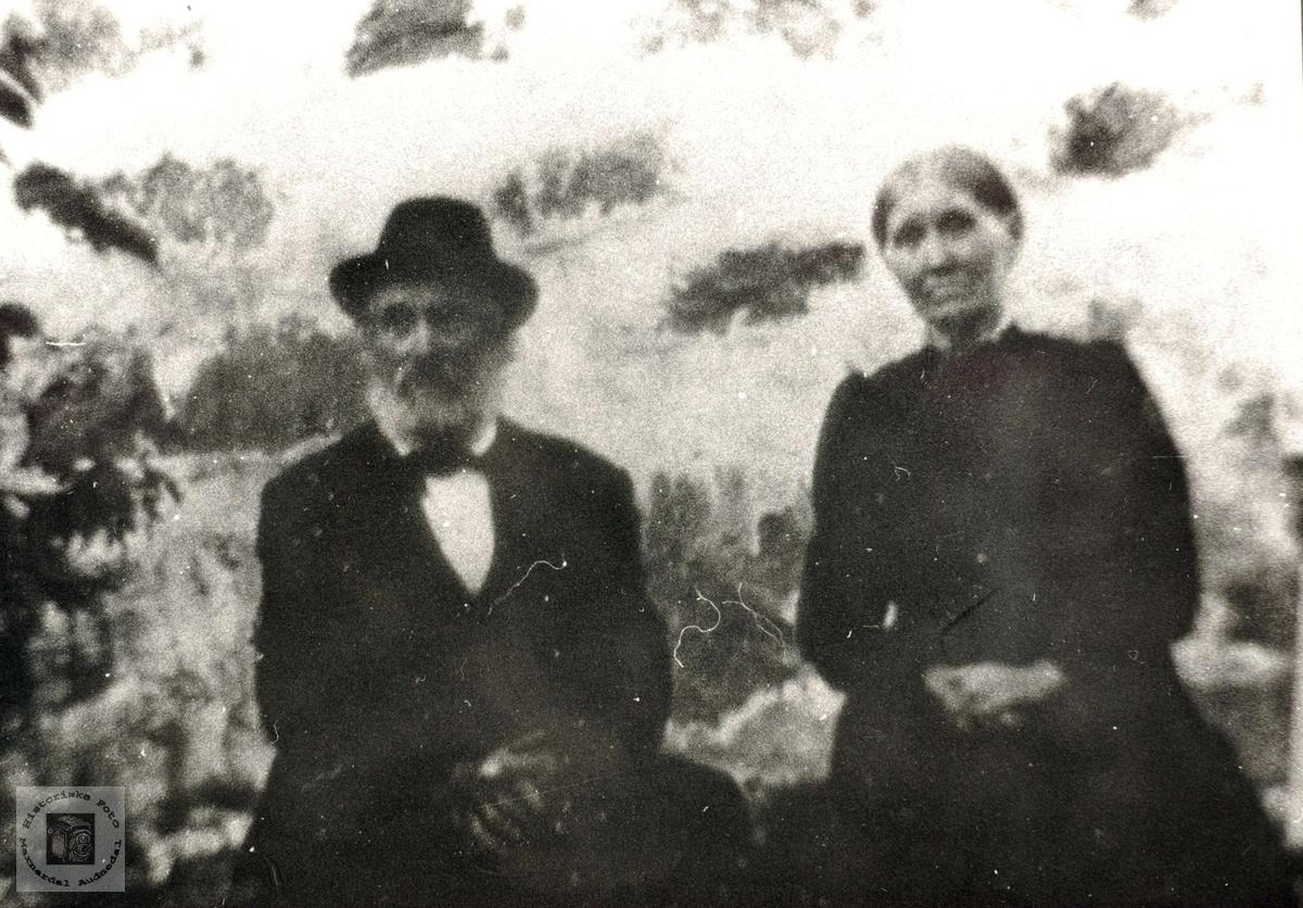 Eldre ektepar foran huset i Damman, Halse og Harkmark, Mandal.