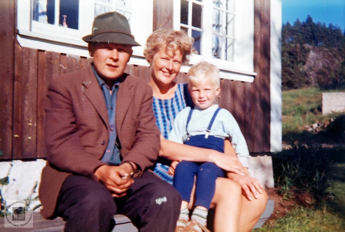 """Onkel og søster og """"lillegutt"""" på Rugåbrotet, Sveindal."""