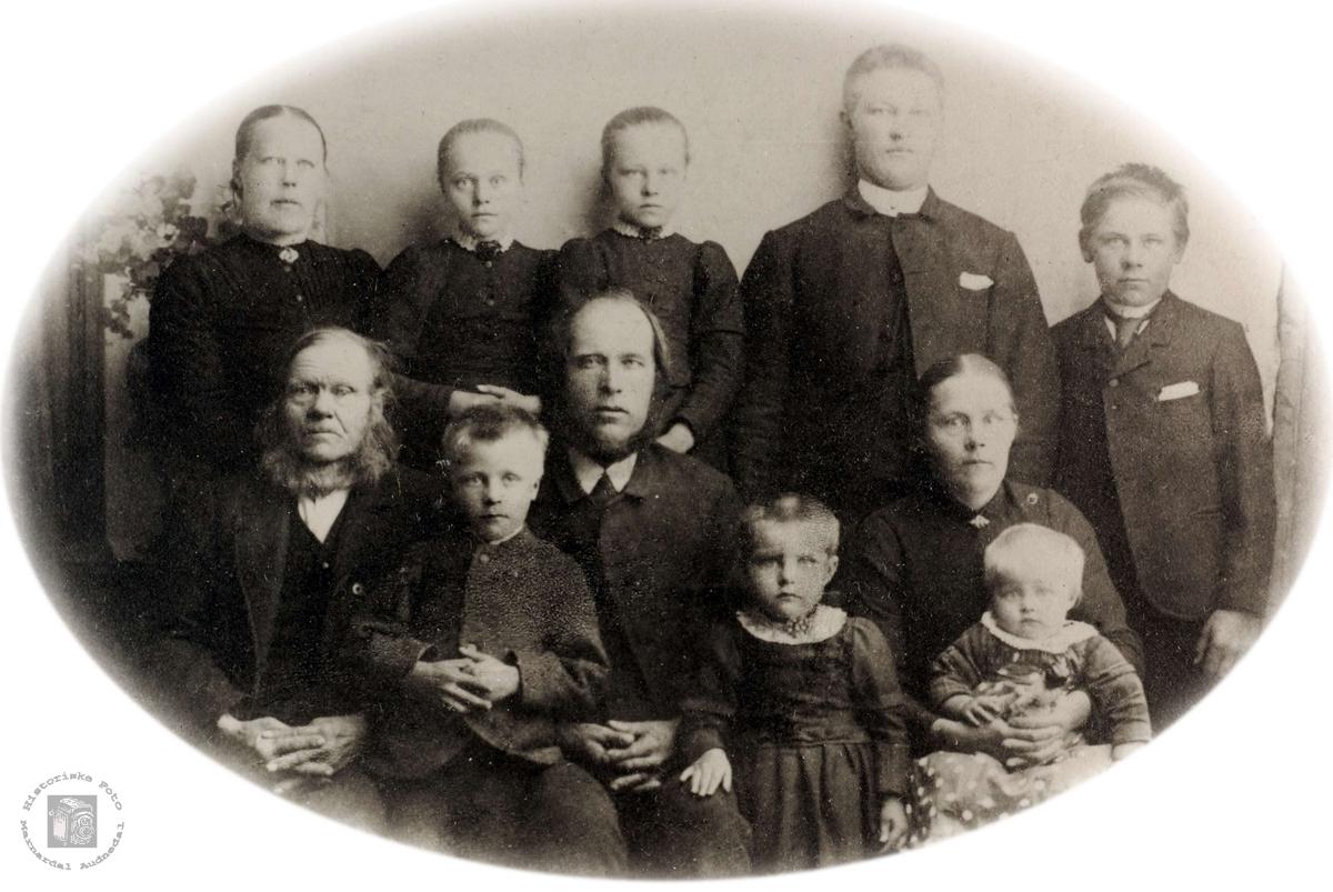 Familebilde Der nede, Ubostad i Grindheim.