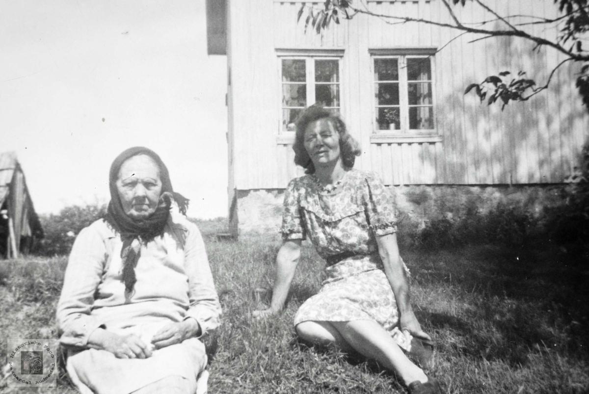 Portrett i hagen av mor og datter. Grindheim Audnedal.