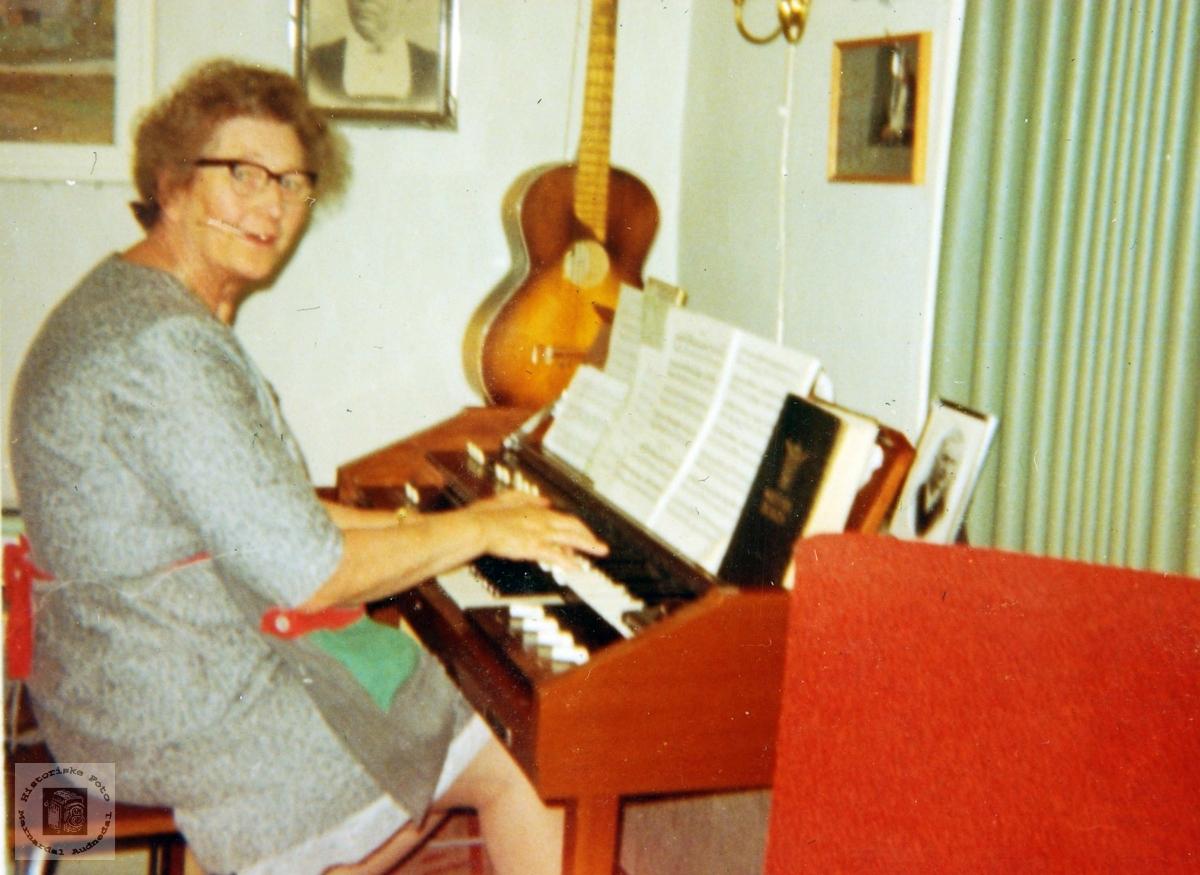 Maria gler seg over å synga og spela. Grindheim Audnedal.