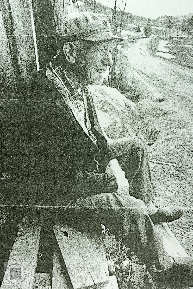 Gustav Seland i kjent positur, venter på ruta. Audnedal.