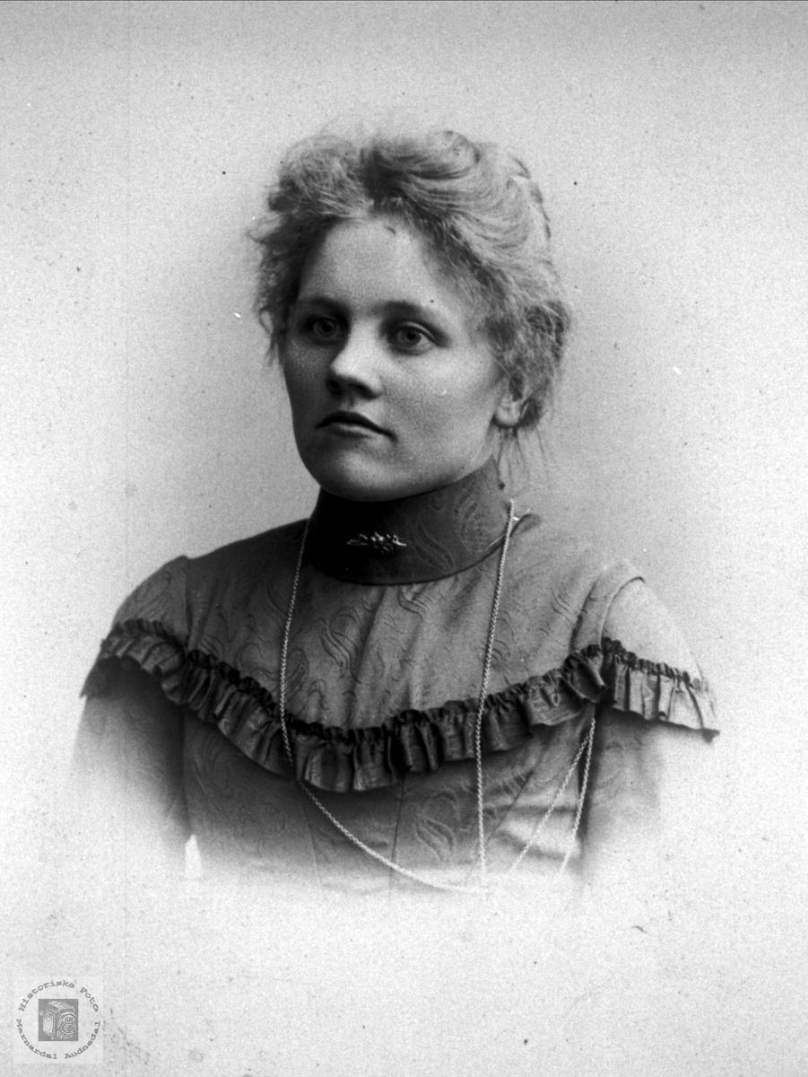 Portrett av Tone Espeland født Haugland, Bjelland.