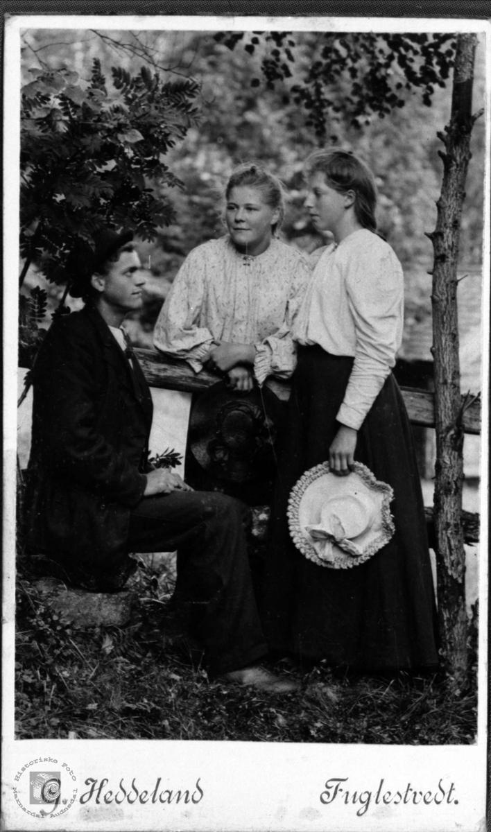 Gruppeportrett av Albert Sveinall, Anna Finsdal og ukjent.