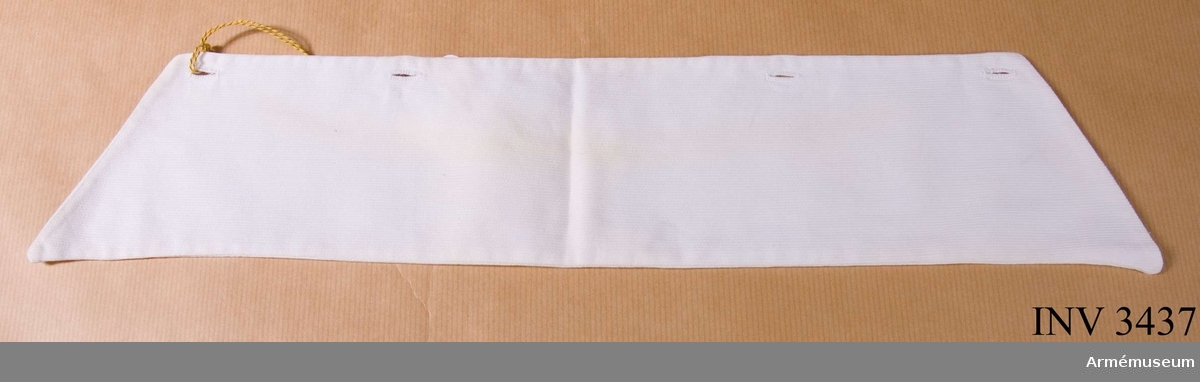 Längd: inre kanten 350 mm, yttre kanten 445 mm. Bredd 90 mm.Vit krage till rockklänning för unglotta SLK. Sydd dubbel av  vit bomullsvävnad, s k piké. Knäppes fast vid rockklänningen med fyra vita emaljknappar. På kragen är fyra motsvarande  knapphål.