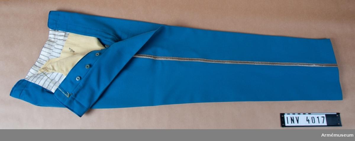Storlek: B 54. Långbyxor m/1822 för infanteriet, officer, Haerens tekniska corps. Sydda i ljust blått kläde med silvergalon utmed sidsömmarna. Livkanten skodd med ett blått  sidenband. Knappar för hängslen. Byxorna bäres till vapenrock  AM 4018. Knapparna märkta: Munderingsdepotet.