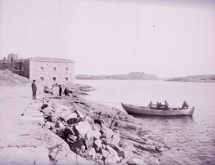 """Enligt text som medföljde bilden """"Marstrand, vad inhalas""""."""