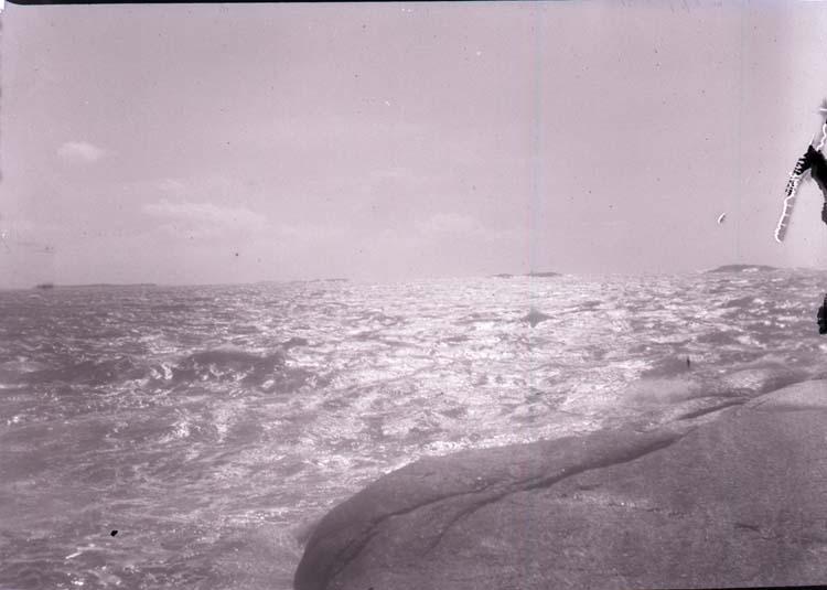 """Enligt text som medföljde bilden: """"Lysekil. Vid Stångehufud. Solsken på hafet 12/6 1901."""""""