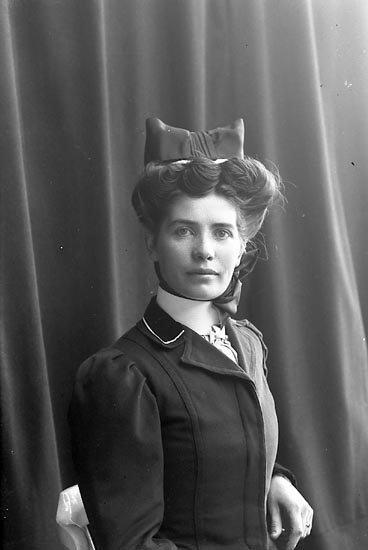"Enligt fotografens journal nr 1 1904-1908: ""Josefsson Fr. Ruth Stenung St.-s.d""."