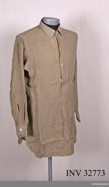 Grupp C I. Ur uniform, m/1939, för överstelöjtnant vid Livregementet till  häst. Består av vapenrock, ridbyxa, skjorta, livrem, stövlar,  sporrar, ridspö.Buren av Prins Gustaf Adolf.