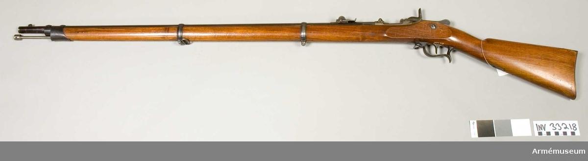 """Grupp E II. Förändrat från infanterigevär m/1863 med Rydbecks mekanism. Vid geväret är fästad en etikett på vilken det står: """"projekt till bakladdningsgevär, Schweiz, 1863 års mynningslddningsgevär förändrad enligt svenska Rydbecks system M 65; På mekanismen står Rydbeck oktober 1865, på ? av detsamma står: Chomas á Paris. På låsblecket  står """"Erlach & Co in Thun"""" 10,5 mm gevär m/1863, ändrat till bakladdning 1865."""