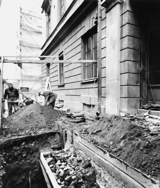 Pelarna framför entrén har tagits bort och skall ersättas med nya. Trottoaren uppgrävd för grundförstärkning av huset. Detalj av den uppgrävda trottoaren framför entrén.