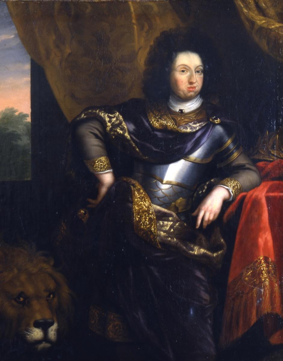 Oljemålning på duk. Motiv: Carl XI poserar i Ehrenstrahls ateljé stående lutad mot något. Avbildad från knä och uppåt. Huvudet vänt en face. Han är klädd i harnesk samt en mantel slängd över axeln. I höger nederdel syns huvudet av ett lejon. Bakgrunden draperi samt utsikt från ett fönster. Färgerna är i dovt brunt, rött och svart. Ramen  av trä och gips samt förgylld.  Med ram 1310 x 1580mm   bildyta 1225 x 1452mm