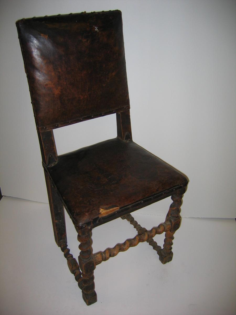 Form: Sein renesanse Utfyllande informasjon: Trekk, sete og rygg er festa med koparnaglar.
