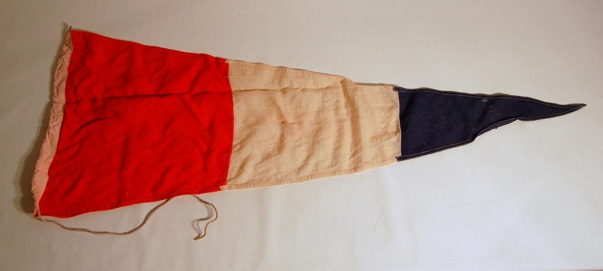 """Gjenstanden er et signalflagg i fargene, Rød, Kvit, Blå, og som symboliserer tallet """"3""""."""