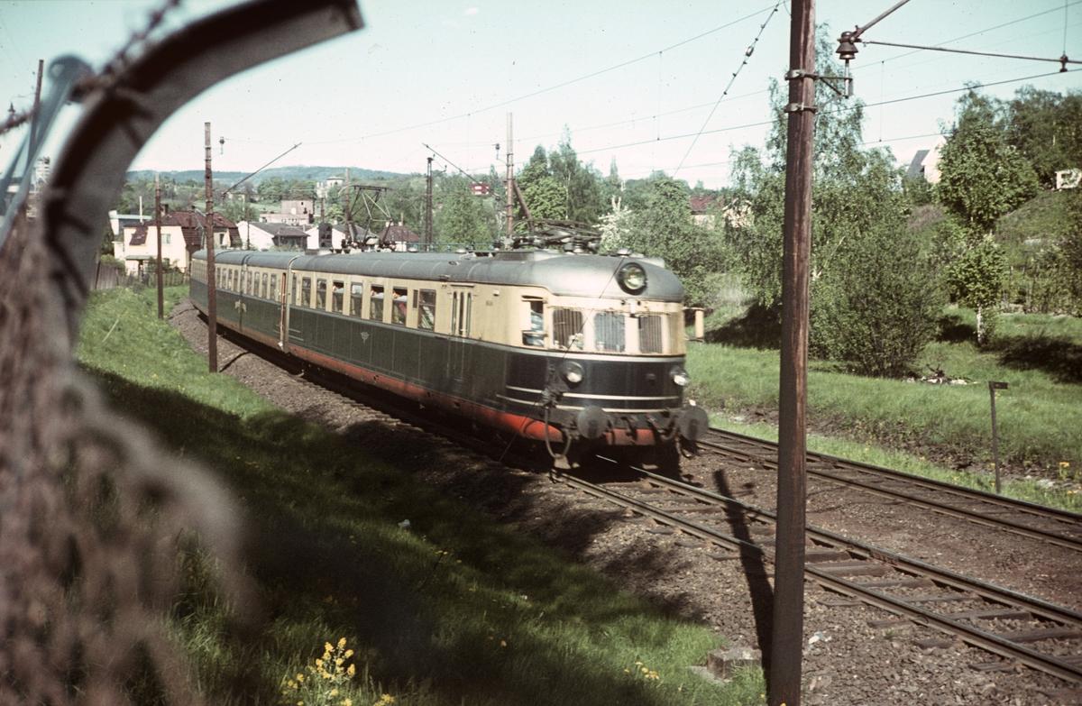 Sørlandsekspressen med elektrisk motorvognsett type 66 mellom Skøyen og Bestun.