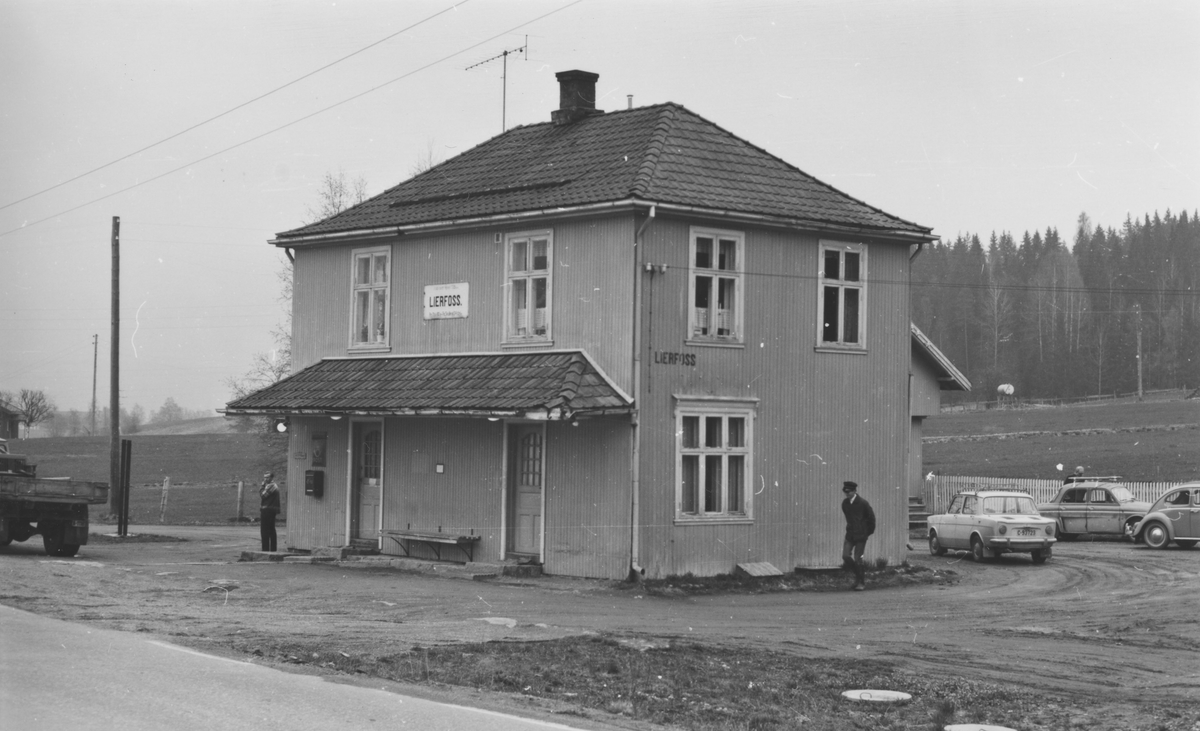 Fra Lierfoss stasjon noen år etter nedleggelsen.