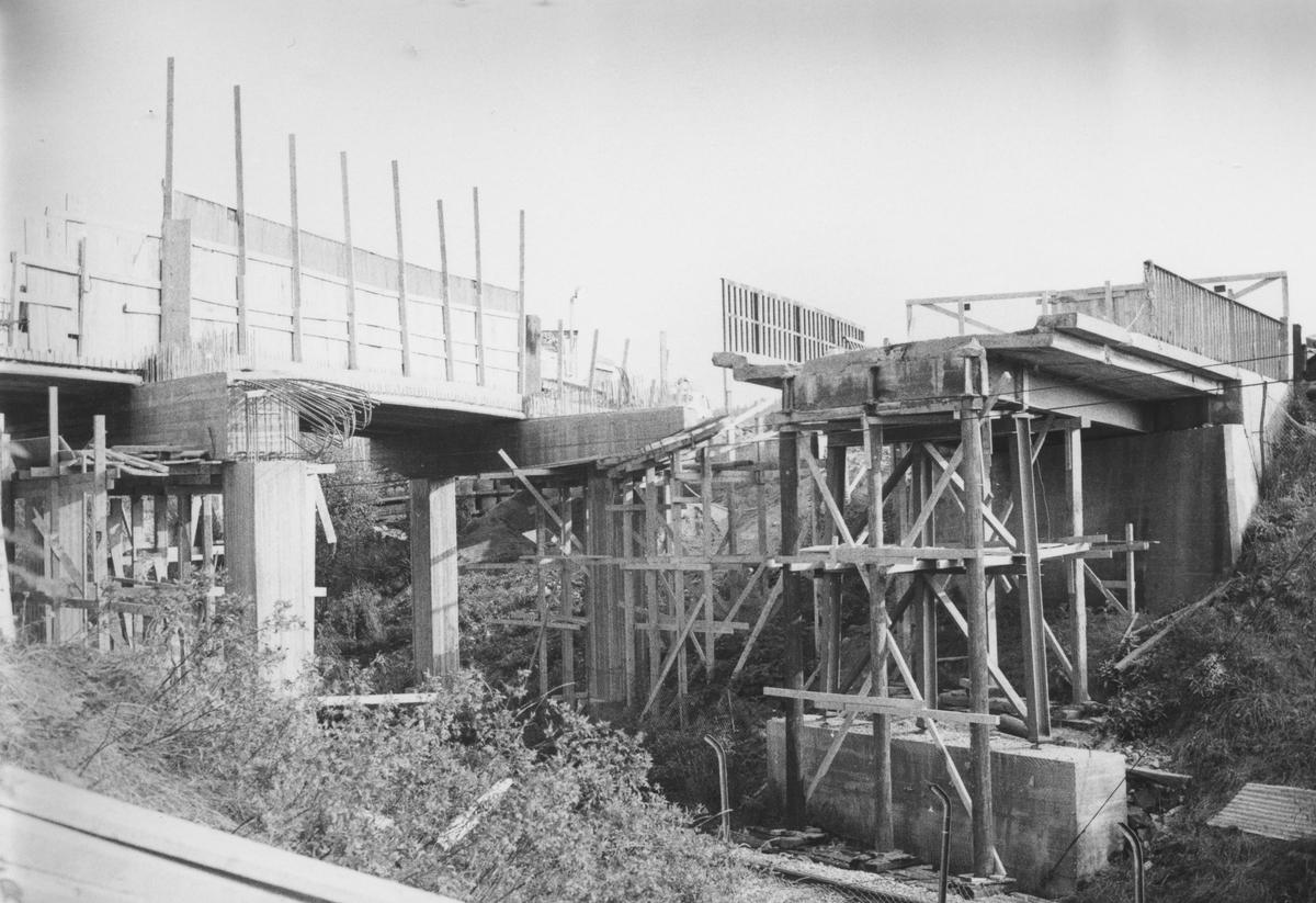 Bygging av ny bro over Kongsvingerbanen for riksvei 171.