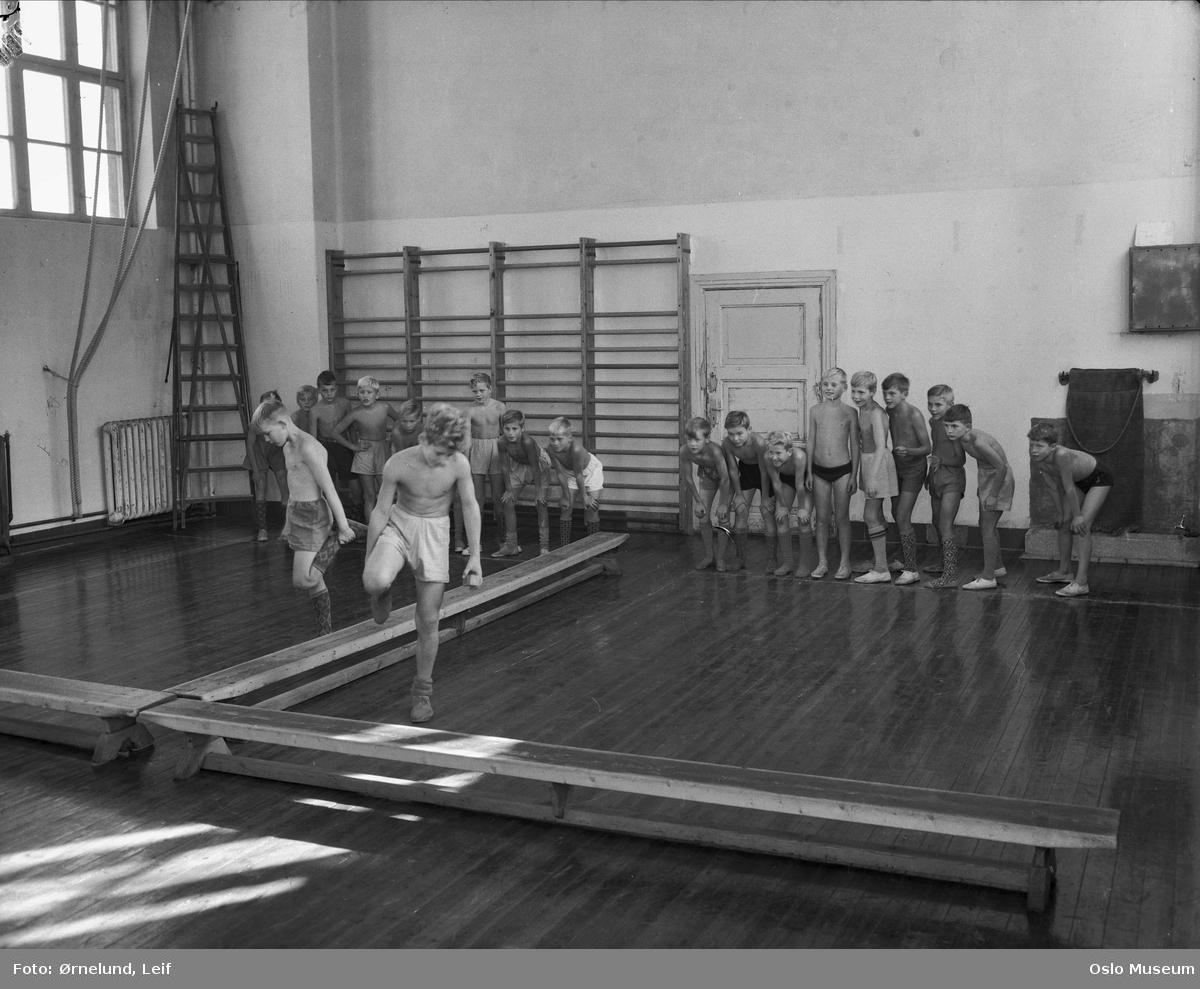 Ila skole, interiør, gymnastikksal, gutter, bom - Oslo