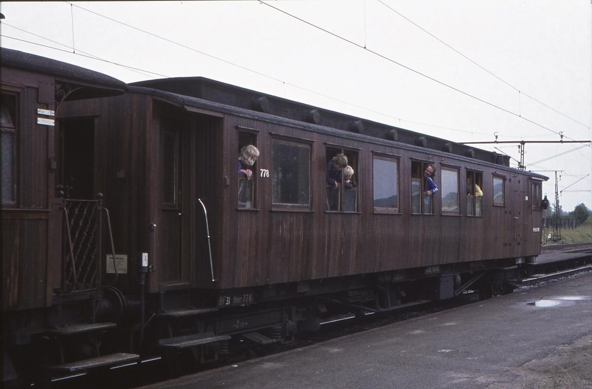 Ekstratog for Norsk Jernbaneklubb med damplokomotiv Norsk Hydro M2 på den nedlagte delen av Drammenbanen. Spikkestad stasjon. Vogn CFo2a 778.