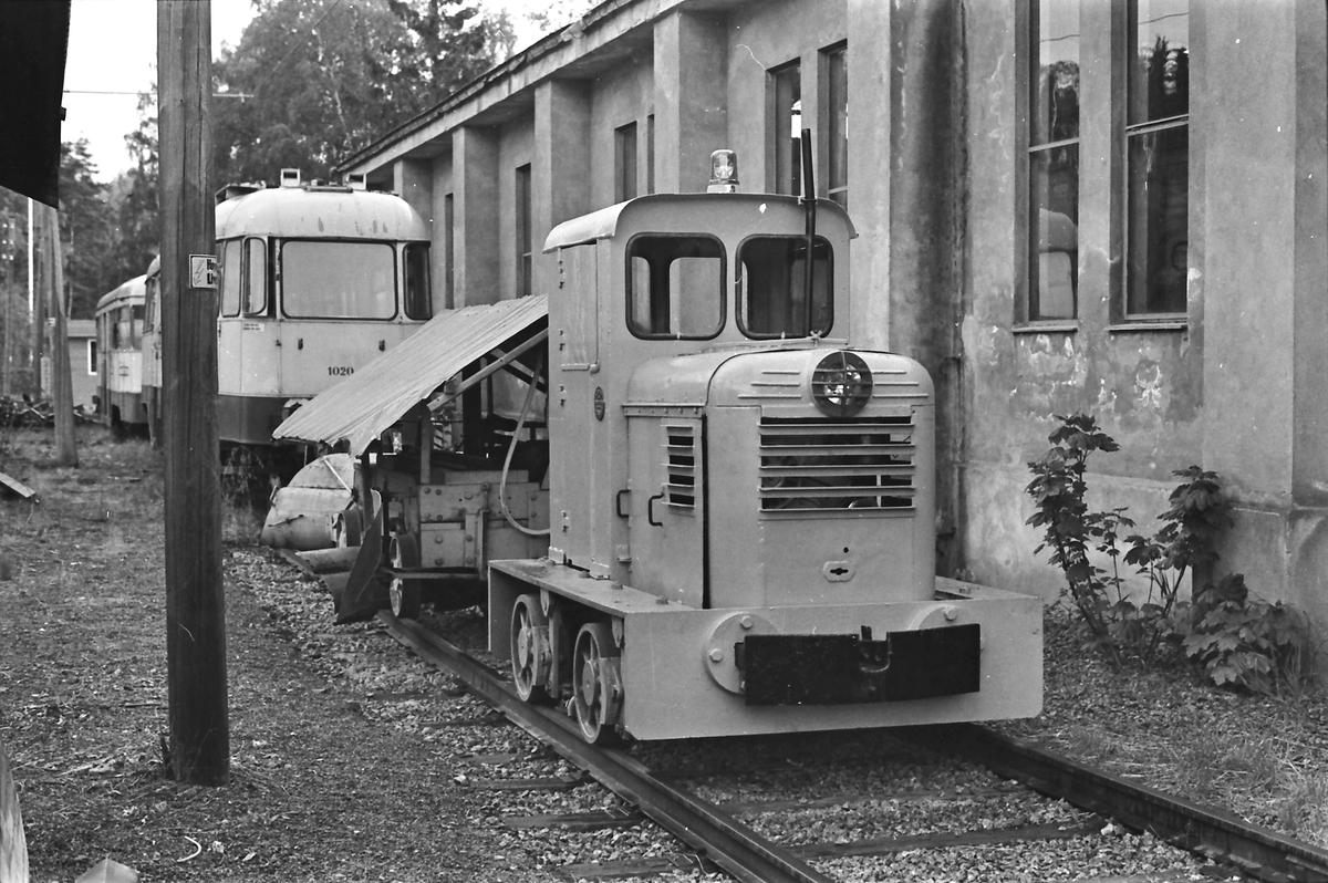 Ekebergbanen, Oslo Sporveier. Holtet vognhall. Skinnetraktor (diesellokomotiv). Bygget av Levahn. I bakgrunnen vogn 1020, som var ute av drift.