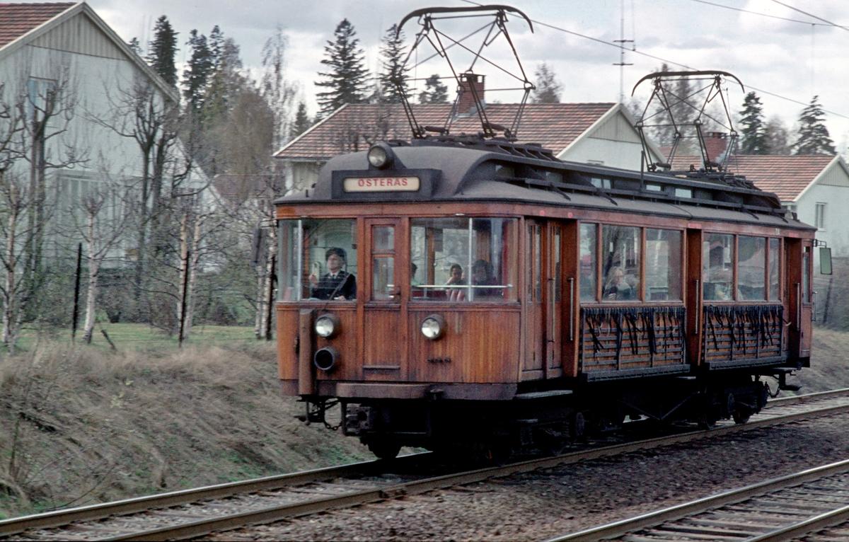 A/S Holmenkolbanen. Røabanen. Vogn 104, type 1916 (Skabo, Westinghouse, HKB verksted), opprinnelig tilhenger, ombygget til motorvogn med midtinngang 1918. Ombygget til gjennomstrømningsvogn 1956.