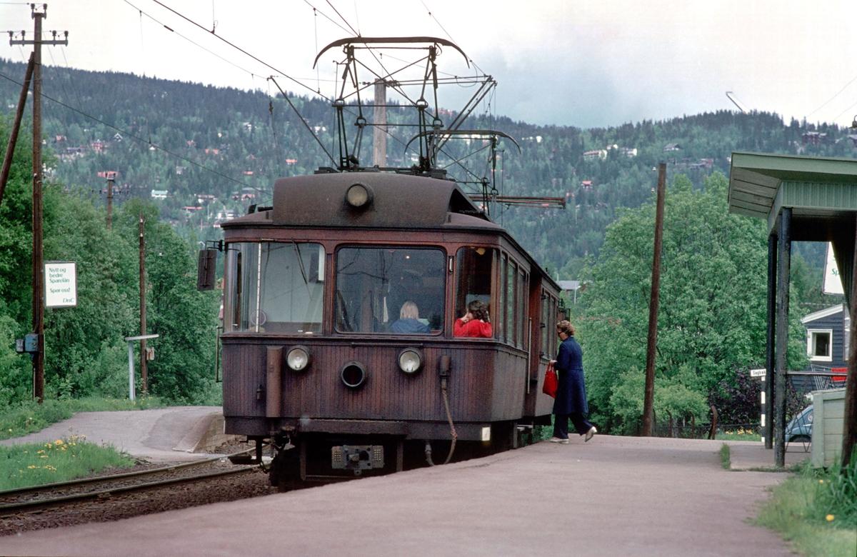 A/S Holmenkolbanen. Røabanen. Grini stasjon. Vogn 37 type 1909 (Skabo, Westinghouse, HKB verksted).