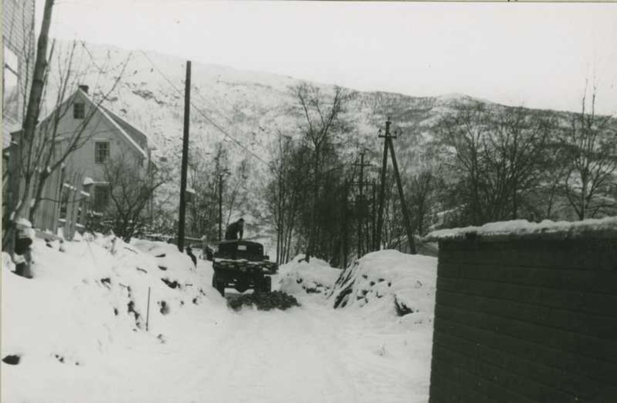 Fagernesskrenten ( menn laster av bygnings materiell fra lastebilen )¨Huset til venstre er Harald Brekke sitt. Fagernesskrenten 6.