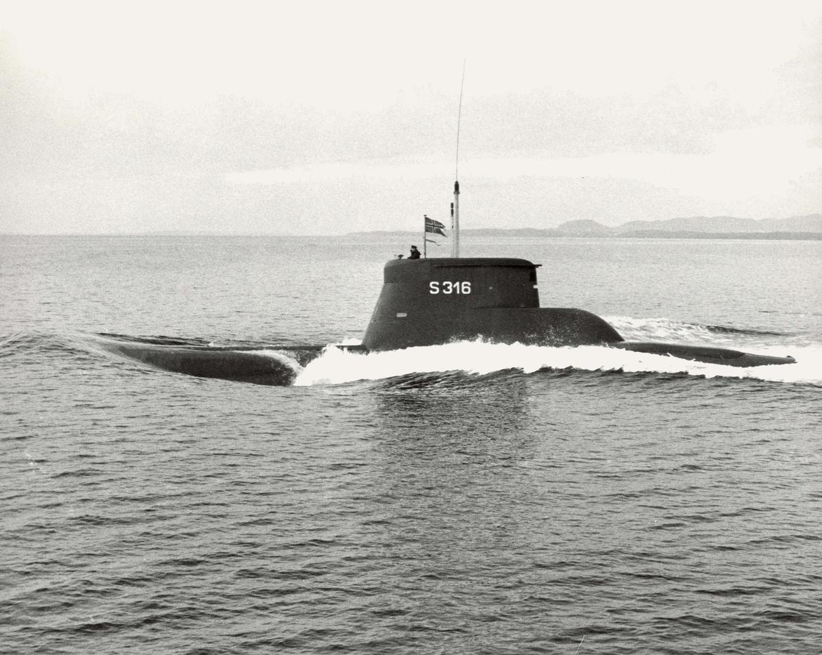 Motiv: Kobbenkl. Undervannsbåt KNM KINN (S 316). Babord side