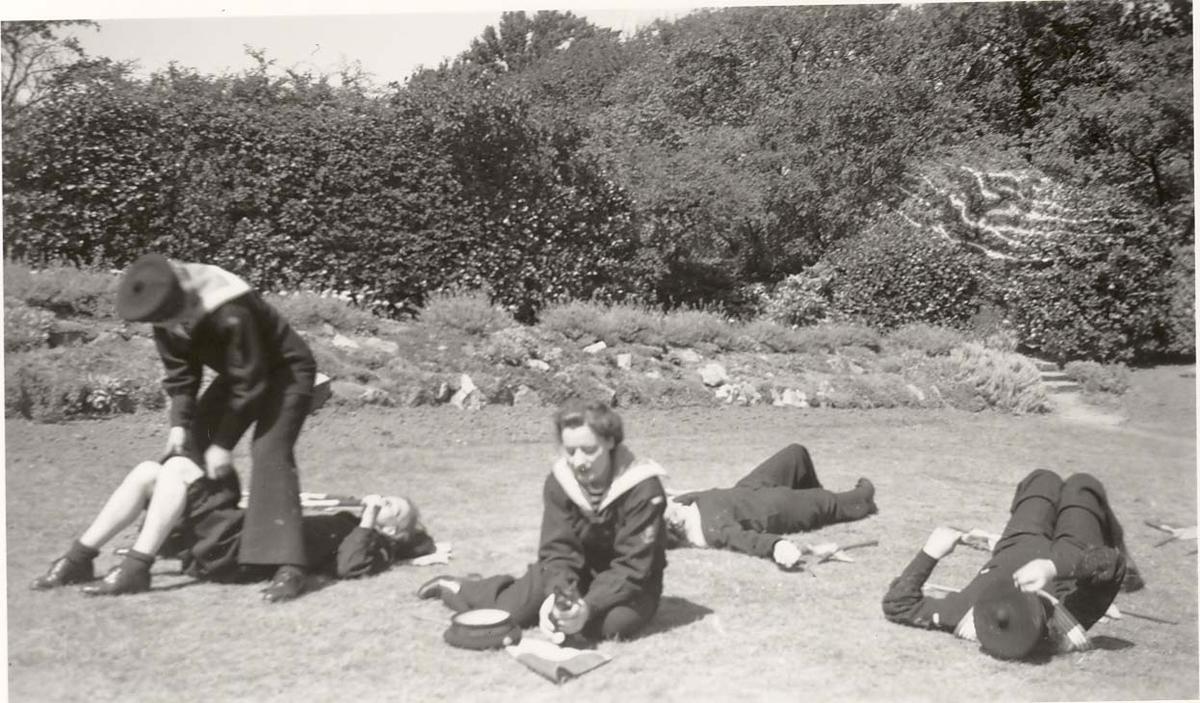 Motiv: Marinens Kvinnekorps 1942-1945 Pause i signaliserigsøvelsene