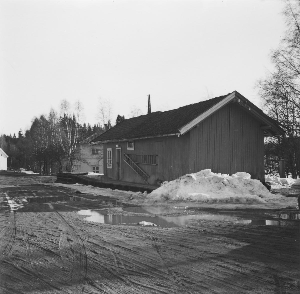 Godshuset på Aurskog stasjon syv år etter nedleggelsen. Den delen av godshuset som er lengst vekk fra fotografen er den opprinnelige stasjonsbygningen på Aurskog (Urskog).