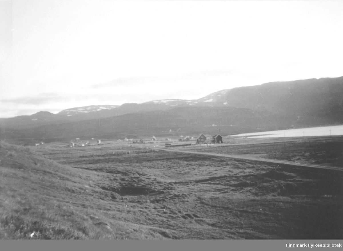Bygda Kokelv i 1950 årene. Veien kom til Kokelv i 1938. Til høyre i bildet ligger boligen til Uldrik Larsen