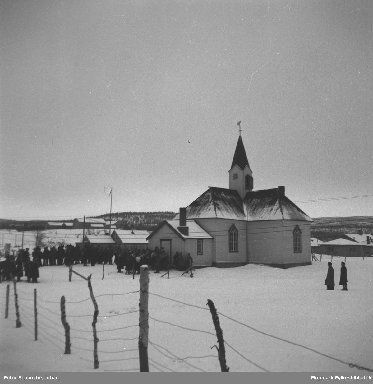 Kirkesøndag med bryllup i Karasjok kirke påsken -48. Folk står utenfor kirka (og venter på brudeparet?).