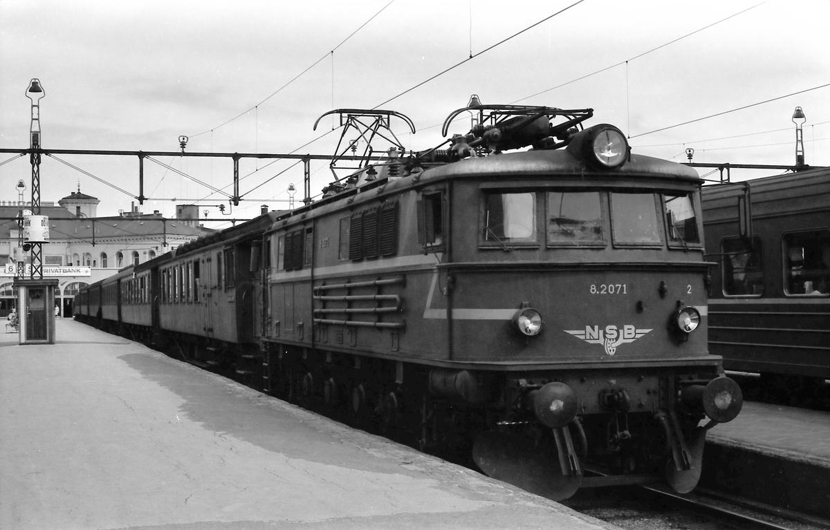Elektrisk lokomotiv El 8 2071 med  persontog 539 på Oslo V.