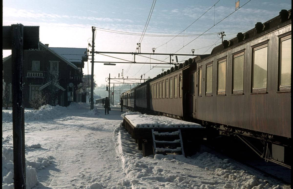 Persontog 207, Oslo Ø - Gjøvik, på Kjelsås stasjon.
