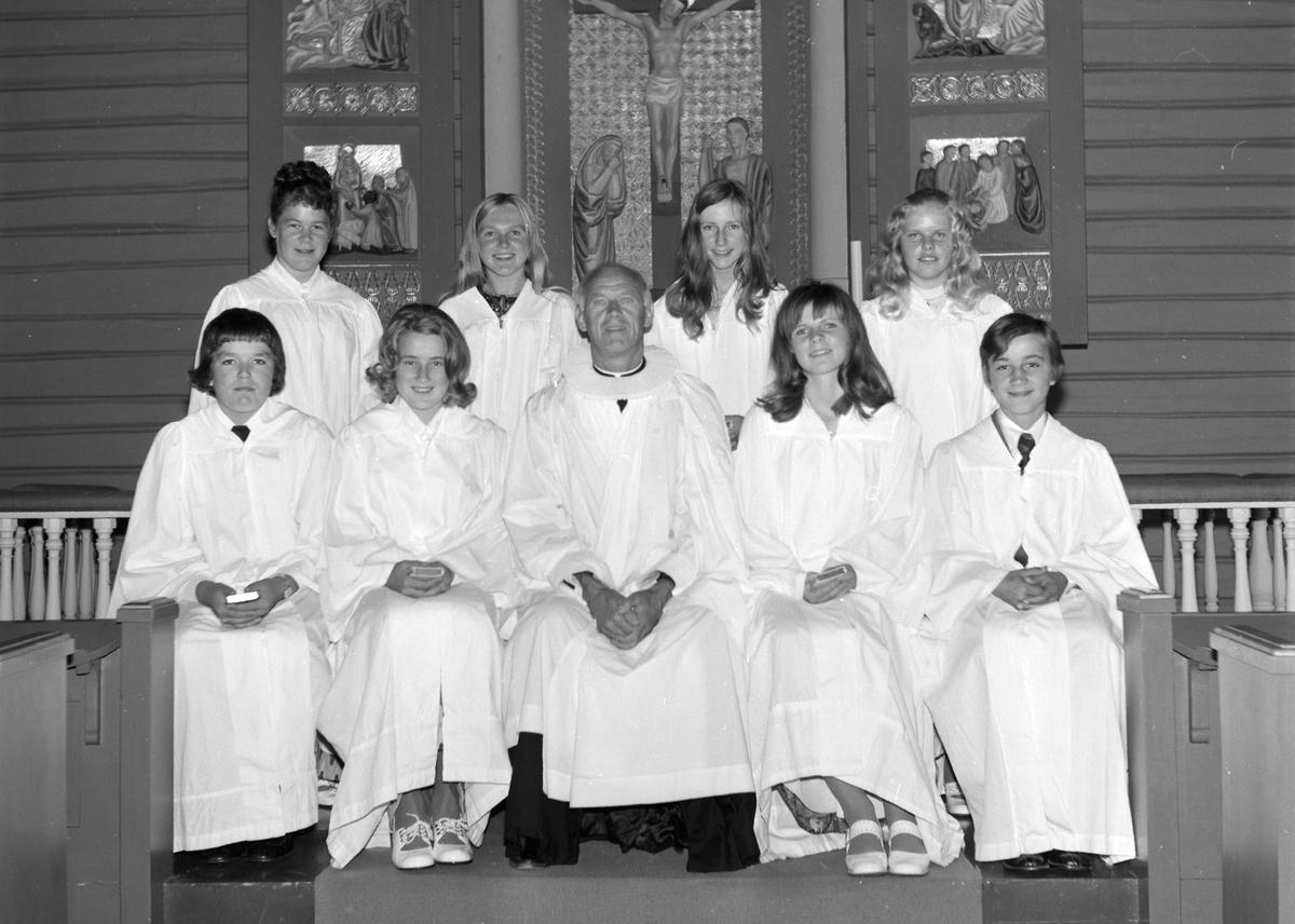 Helgøya kirke, gruppe konfirmanter, prest. 1 rekke venstre: Asle Hagen, Bente Syversen, Victor Andersen, Hilde Pedersen, Jørn Helge Dæhli. 2 rekke venstre: Marit Nordby, Inger Lise Knutsen, Randi Slåtten, Gunn Korsgård.
