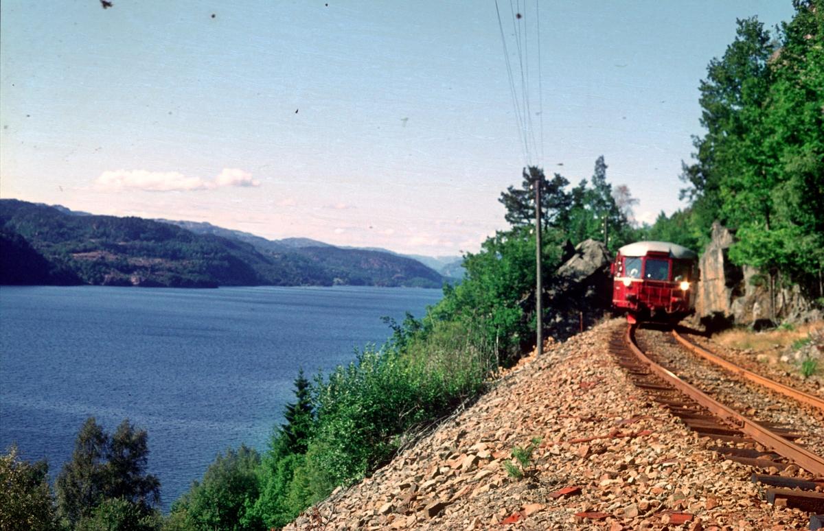 Tog Sira - Flekkefjord ved Flikkeid. NSB motorvogn BM 87 07.