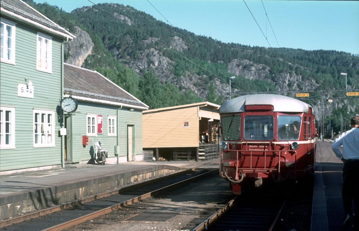 Sira stasjon. Motorvogn BM 87 07 som tog til Flekkefjord.
