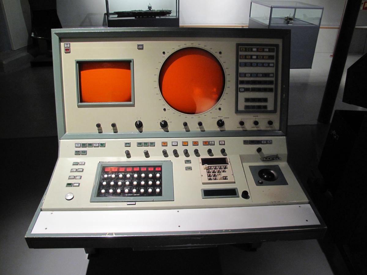 Radarkonsollet viste radarbilde fra egen radar, samtidig som digitalt symbol av fly fra nabostasjoner ble vist på skjermen. Forskjellige oppgaver/funksjoner kunne bli utført fra dette konsollet, slik som overvåking, kontroll med jagerfly eller kontroll med bakke til luft våpen.
