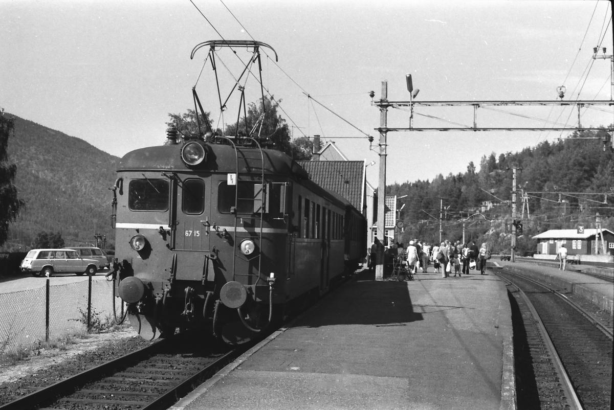 Lokaltog til Lunde på Nordagutu stasjon. NSB elektrisk motorvogn type 67. BM 67 15.