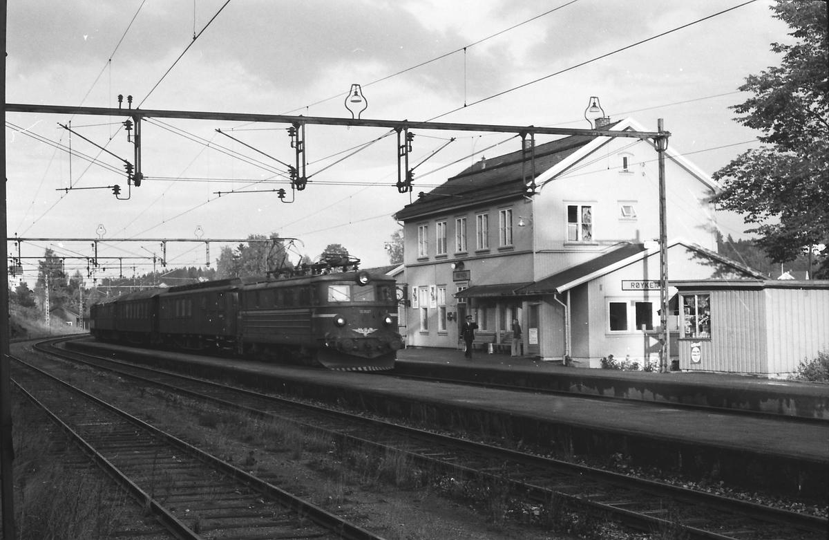 Persontog til Spikkestad. Rushtidstog. NSB elektrisk lokomotiv type El 13 og trevogner.