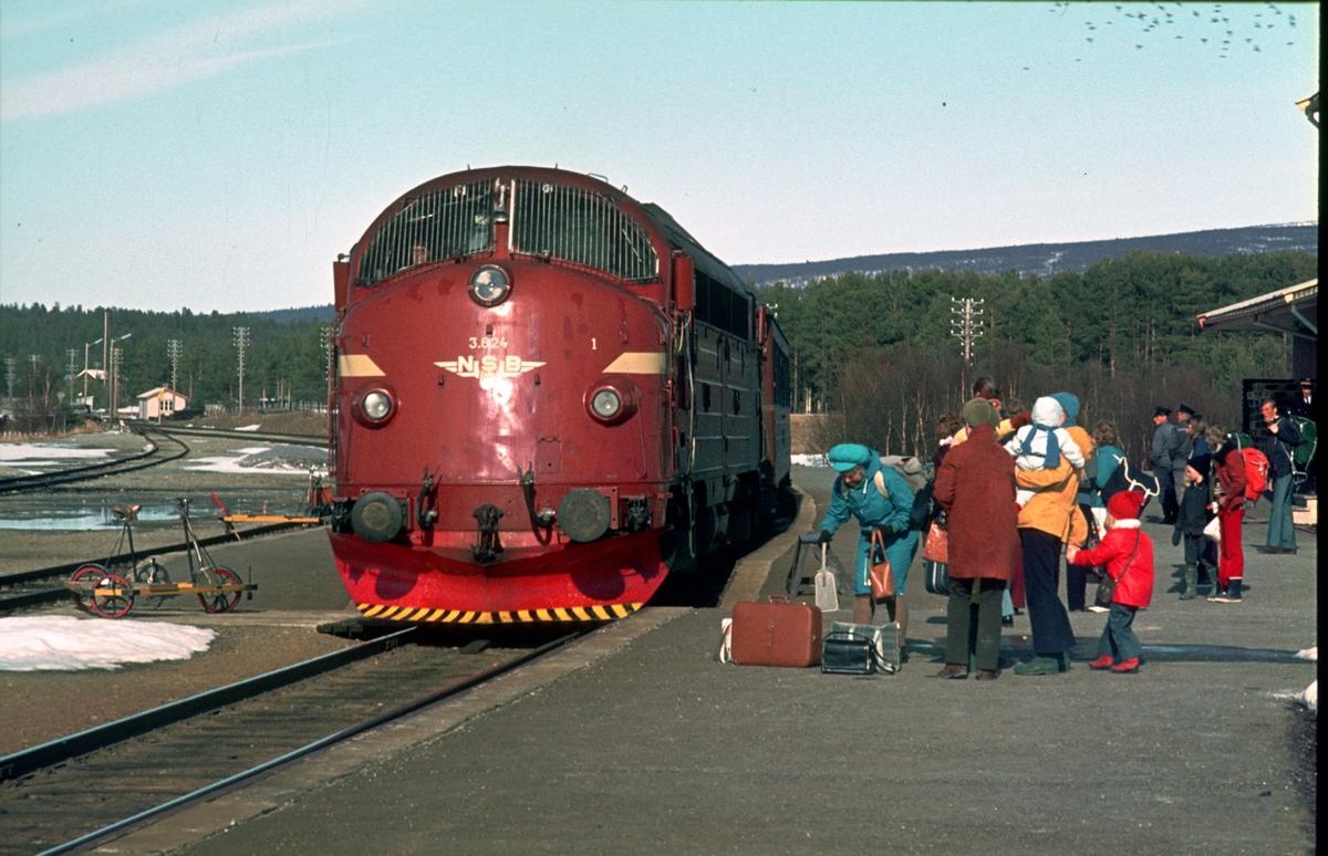 Hjem fra påske. Sørgående dagtog, hurtigtog 302, kjører inn på Os stasjon andre påskedag. Banevokterne har visitert linja og parkert sine dressiner. Os i Østerdalen.