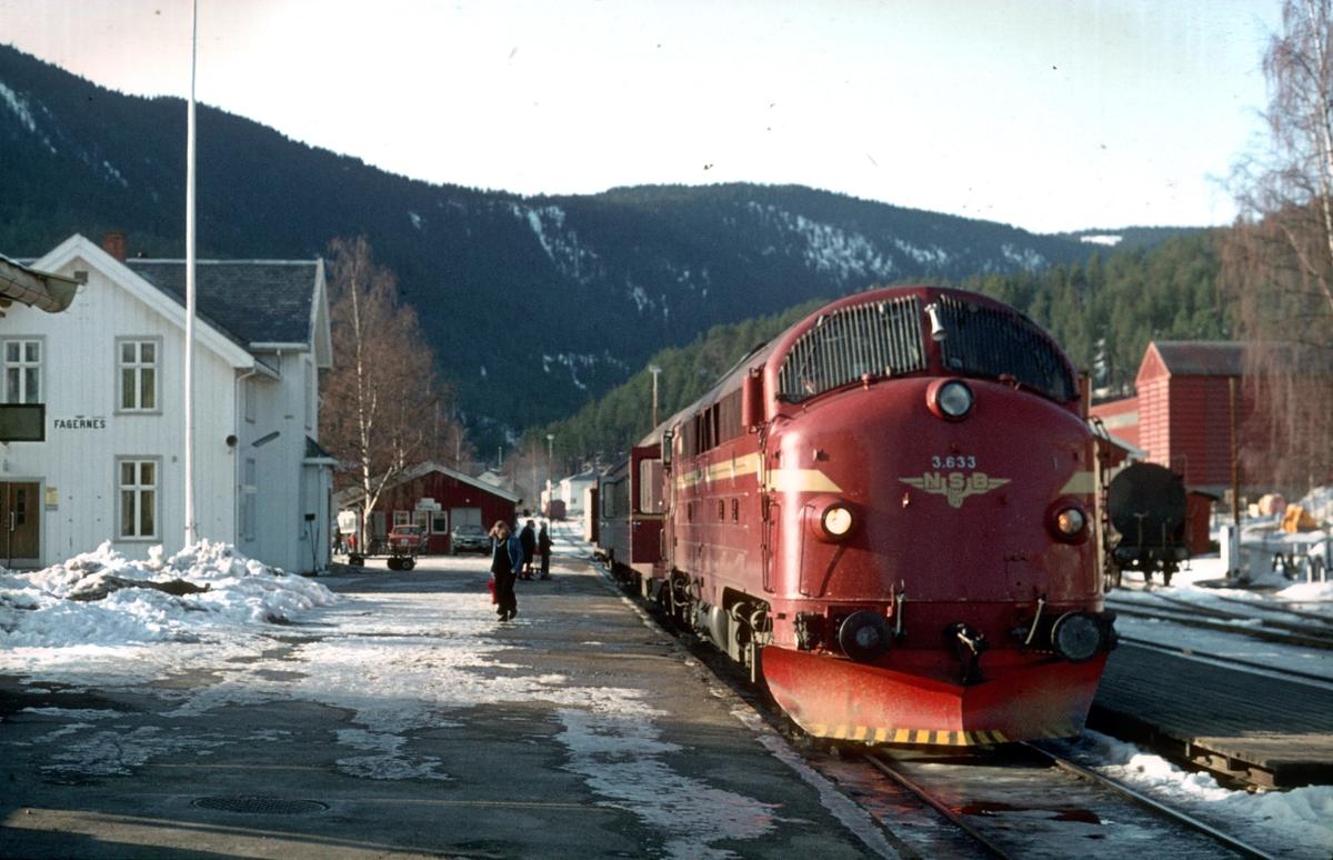 Persontog 282 Fagernes - Oslo Ø, står klar til avgang på Fagernes stasjon.