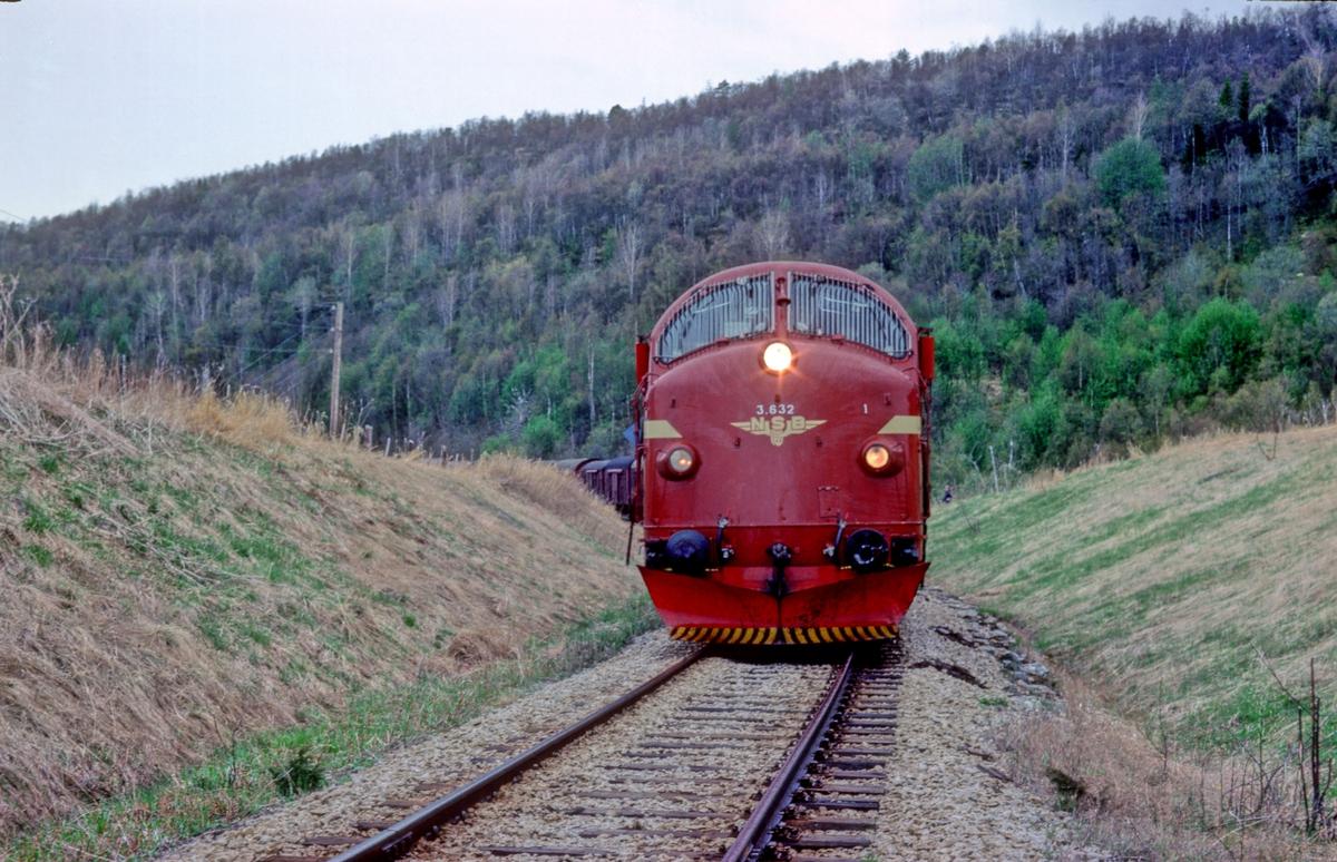 Godstog 5772 (Bodø - Trondheim) ved innkjørsignalet til Fauske stasjon. Toget venter på grønt lys. NSB Dieselelektrisk lokomotiv Di 3 632.
