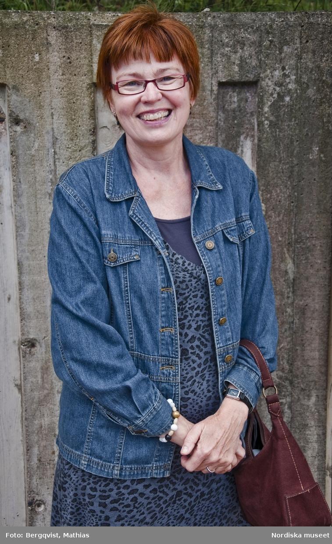 Foton tagna av elever från Mediagymnasiet i Nacka. Eleverna fick i uppdrag att  till Nordiska museets webbplats om kläder och mode leverera bilder från vardagen i Stockholm i september 2010. Kvinna, glasögon, jeansjacka. Jakobsbergs centrum.