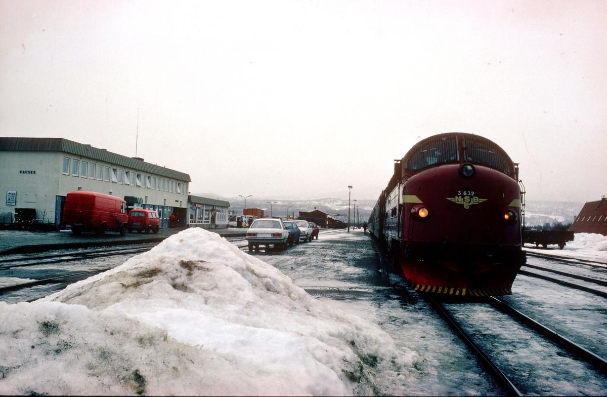 Tog 452, dagtoget Bodø - Trondheim, med NSB dieselelktrisk lokomotiv Di 3 632 i Fauske stasjon.