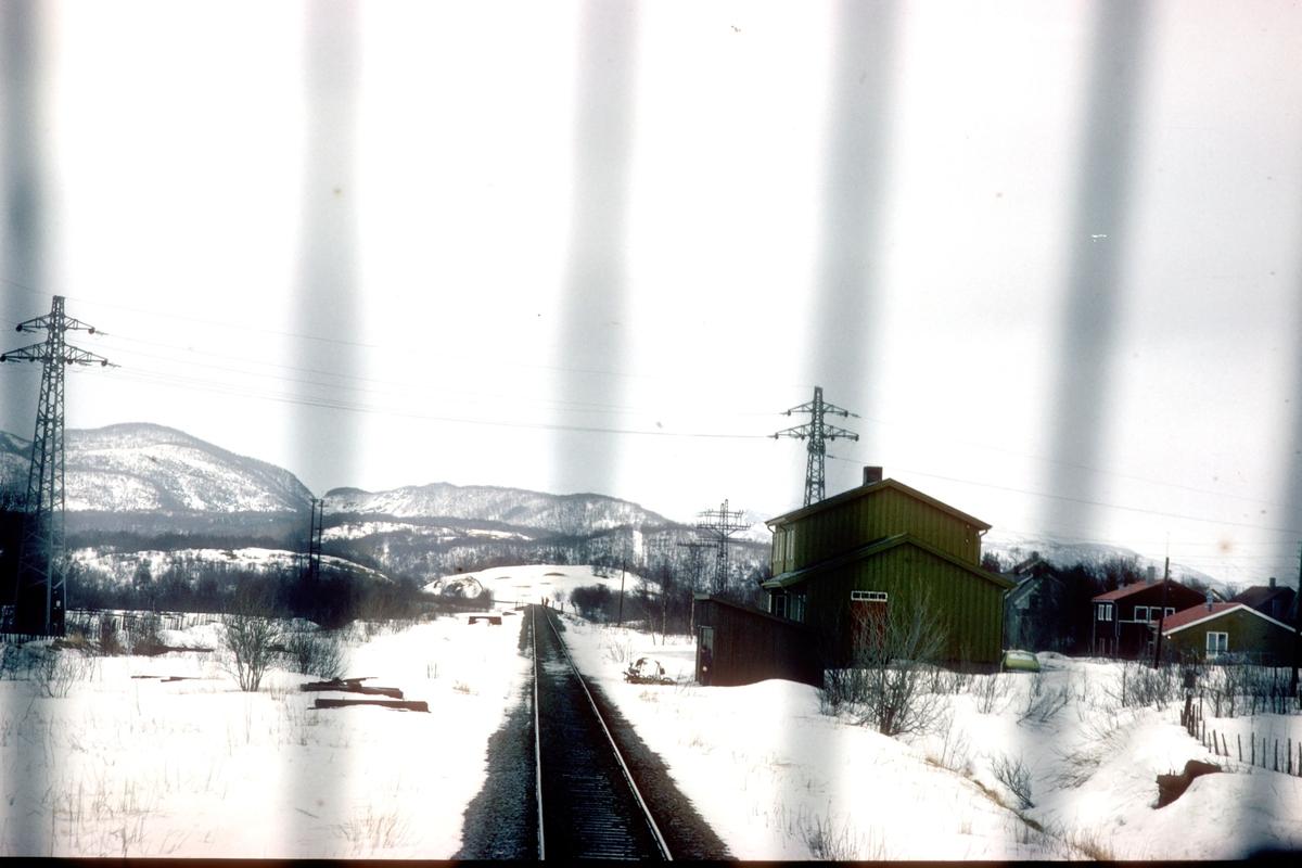 Støver stasjon. Stasjonen ble bygget ferdig til åpningen av strekningen Fauske - Bodø, men ble ikke tatt i bruk. Sett fra lokomotivet i tog 452, dagtoget Bodø - Trondheim.
